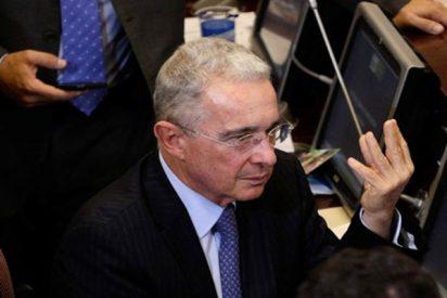Así lanzan una bolsa con ratones a la bancada de Uribe en el Congreso de Colombia