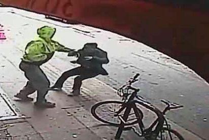 """Vídeo: un indigente """"sangre fría"""" empuja a un hombre debajo de un camión para robarlo"""