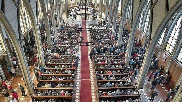 Una madre demanda al cura que ofendió a su hijo muerto durante una misa