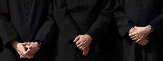 Otro arzobispo se suma a la lucha contra el Papa Francisco por la defensa del celibato