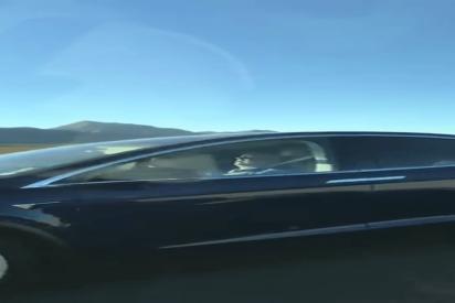 Captan 'in fraganti' a un conductor durmiendo al volante de un Tesla