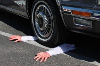 El desventurado conductor muere atropellado por su propio coche 'asesino'