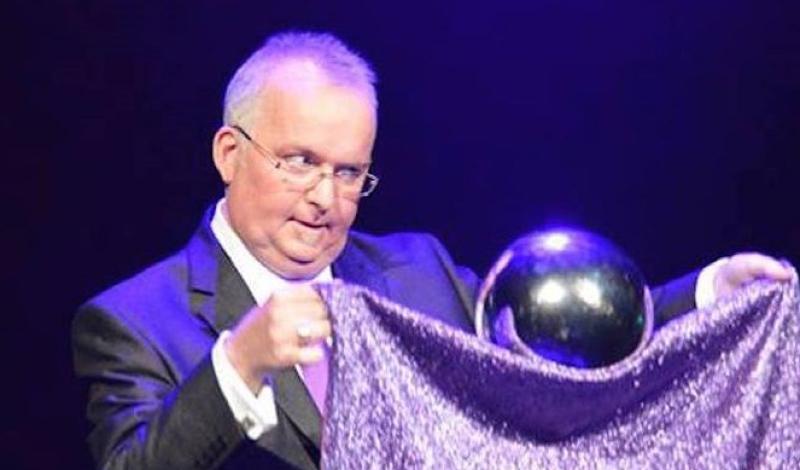 El 'mago' aprovecha el truco y mete mano a varios estudiantes durante las clases de magia