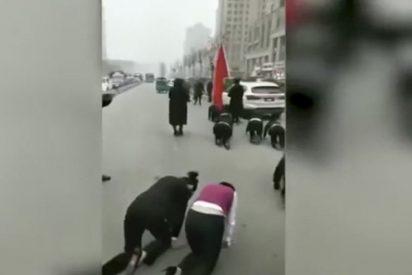 Esta empresa china castiga a sus trabajadoras obligándolas a andar a gatas por la calle
