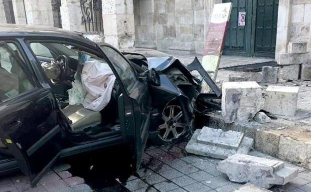 Atropella a un peatón y se empotra contra una iglesia en el centro de Palencia