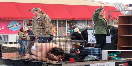 """Desfile racista en Delaware (EEUU) se burla de niños migrantes en """"jaulas"""""""