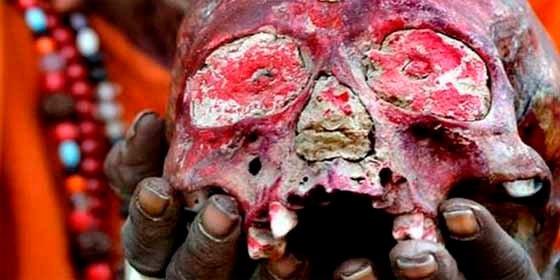 Quiénes son los Aghoris, la secta india caníbal, que bebe en cráneos humanos, no usa ropa y fuma marihuana