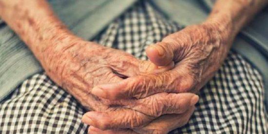 Una cuidadora patea y zarandea a una anciana de 90 años con Alzheimer