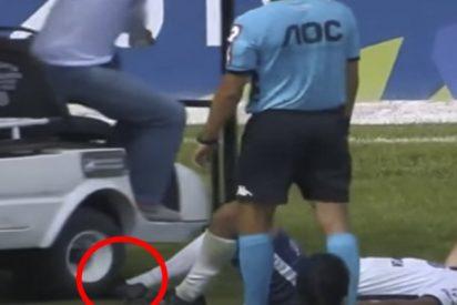 ¡De chiste!: Este carrito médico llega para asistir a un futbolista y le aplasta el pie