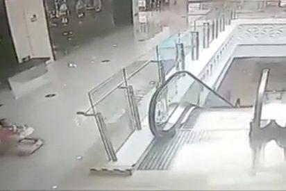 ¡Este bebé de 9 meses cae por las escaleras mecánicas por un despiste de su madre!