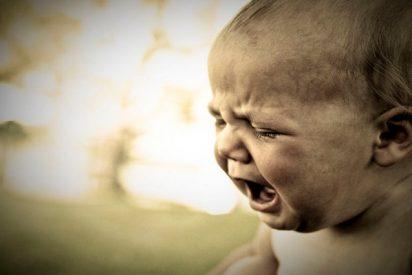 ¡Impactantes imágenes!: Un bebé cae desde un tercer piso y el lechero logra salvarlo