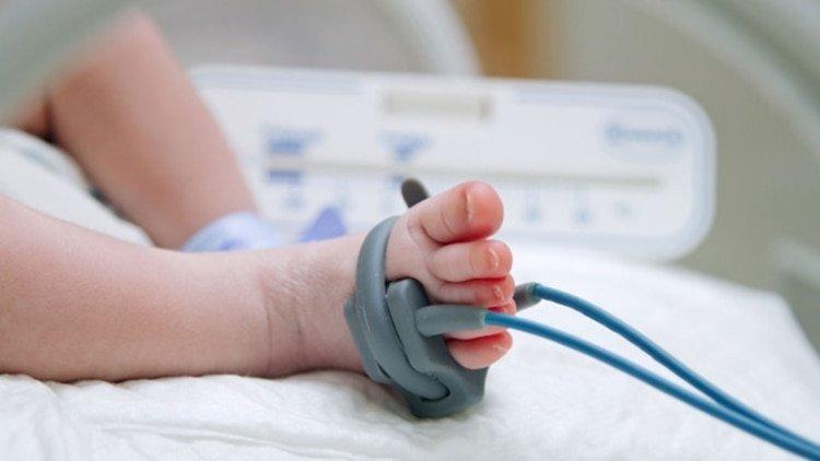 Un bebé muere por las quemaduras causadas por una incubadora artesanal