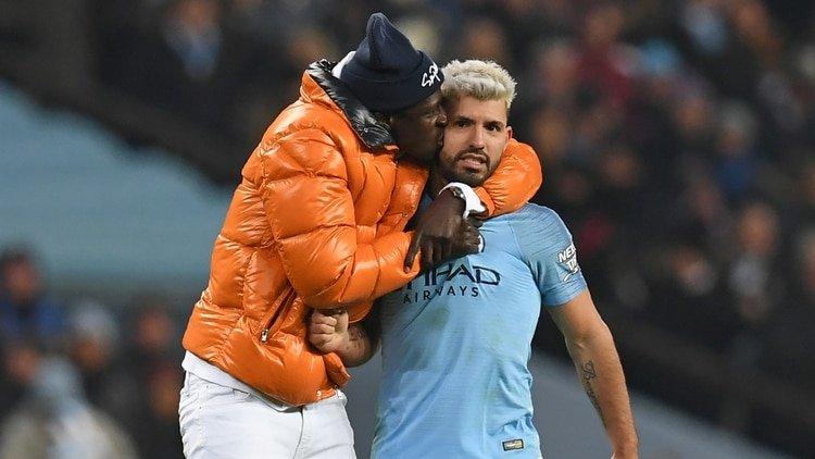 Un jugador del Manchester City se mete al campo para festejar y la seguridad lo confunde con un intruso