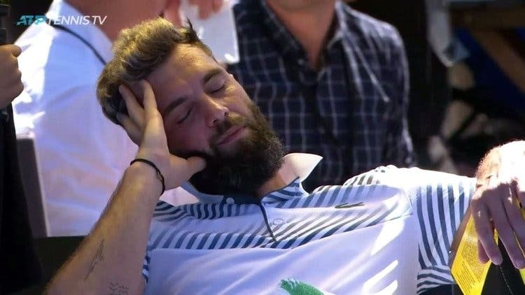 Viaja 30 horas para jugar un torneo en Nueva Zelanda, pero se queda dormido en pleno partido