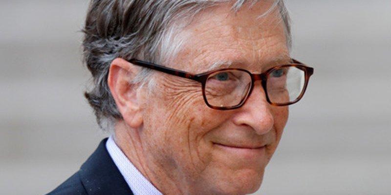 Pillan a Bill Gates haciendo cola en la calle para comprar una hamburguesa