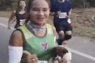 Esta atleta recoge un cachorro perdido y corre más de 30 kilómetros de una maratón con el animal en brazos