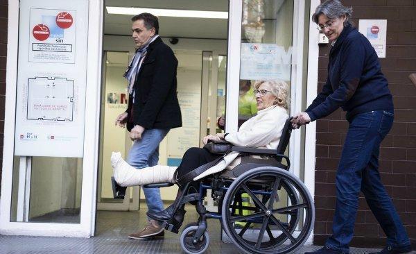 Manuela Carmena aparece en silla de ruedas ante una campaña con su mano derecha Marta Higueras