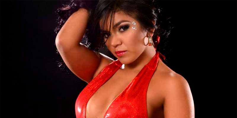 Carolina Sandoval alias 'Veneno Sandoval' limpia la nieve con pala y en ropa interior