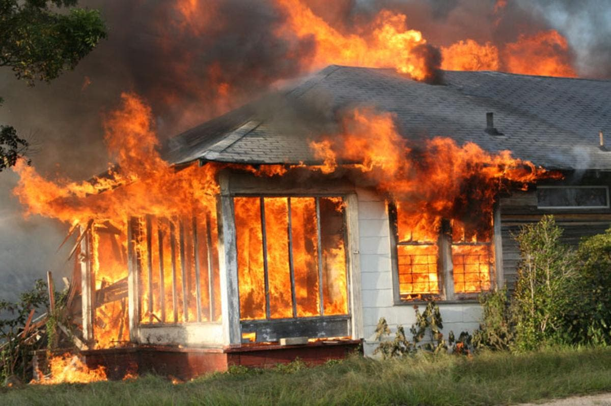 Incendia por despecho la casa de su ex con toda su familia adentro