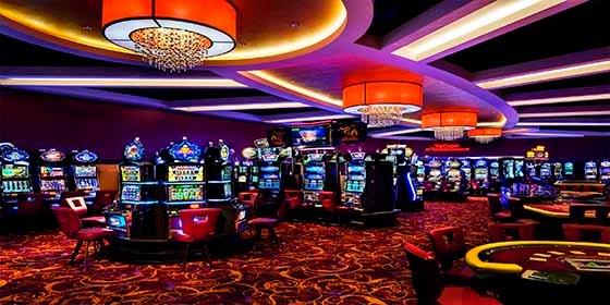 Una mujer gana un premio de miles de dólares en un casino, pero un empleado le hace perder todo
