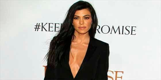 Kourtney Kardashian muestra sus atributos con una blusa semitransparente