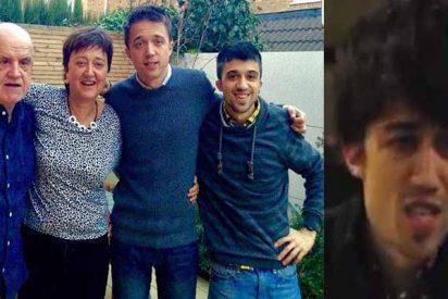 'Becas Black' Errejón publica una foto de su hermano y parece su clon malvado