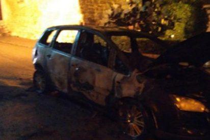 La mujer quema el coche de su novio, con él tipo dentro, en represalia tras ser agredida