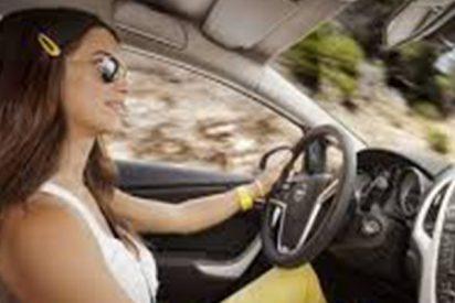 Nunca hagas esto para descongelar el parabrisas de tu coche