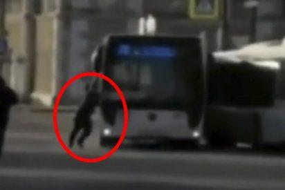 Este chófer de autobús olvida poner el freno de mano y trata de detenerlo así