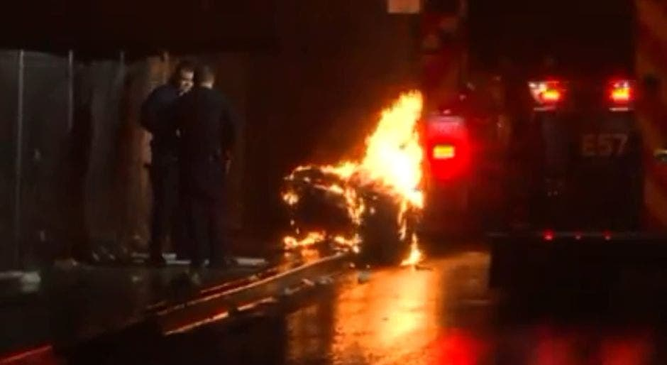 Descubren un cuerpo dentro de un contenedor de basura en llamas en Los Ángeles