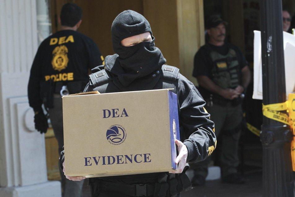 Detienen a un agente latino de la DEA por narcotráfico internacional