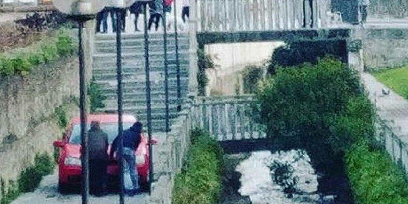 Un borracho baja con su coche por unas escaleras y culpa al GPS
