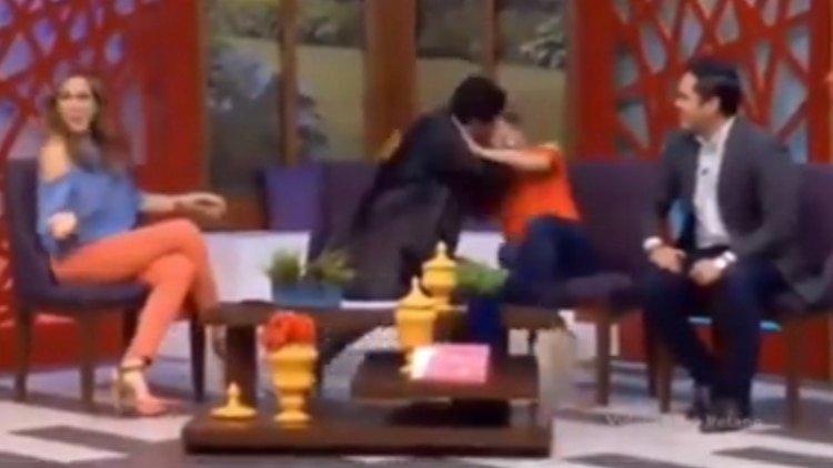 El instante cuando un conductor de TV quiso besar a su compañera por la fuerza