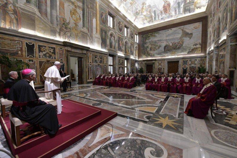 """Francisco pidió a la Iglesia un """"adecuado apoyo espiritual y pastoral"""" para los matrimonios"""