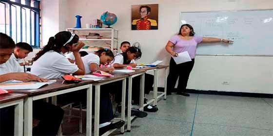 """Ante la crisis, maestros venezolanos llaman a paro laboral: """"No tenemos ni con que comprar un pollo"""""""