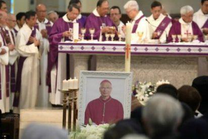 Hong Kong: católicos lloran a su obispo en medio de disputas políticas