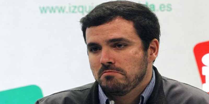 El comunista Garzón puentea a Sánchez y se toma a chufla su defensa de la Casa Real