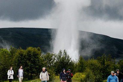 Así se ve la erupción de un géiser desde el aire a cámara lenta