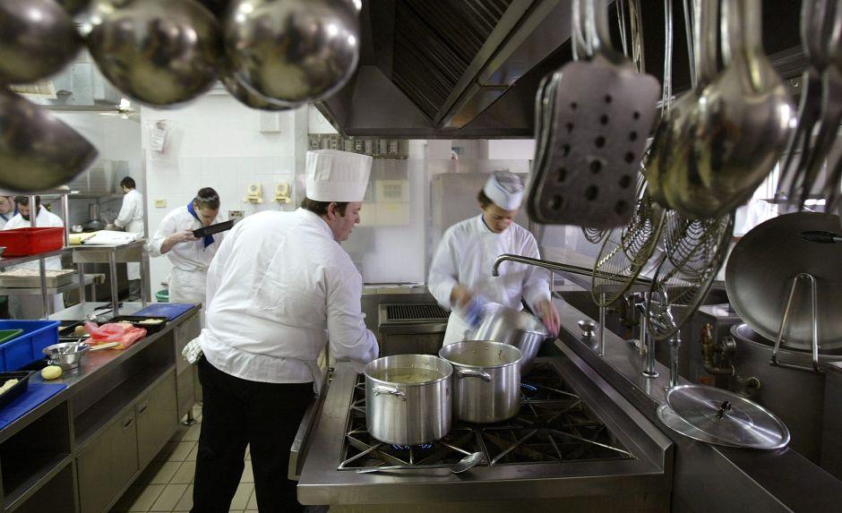 """Despiden a una cocinera latina """"por hablar español"""" en un reconocido restaurante italiano"""