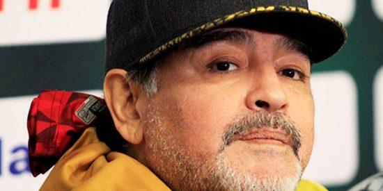 Maradona es operado en Argentina para colocarle una prótesis en la rodilla