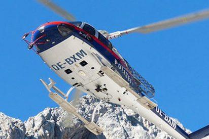 Este helicóptero rescata a un esquiador y casi roza la montaña con las hélices