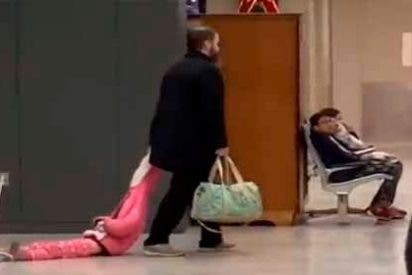 El video viral de un hombre arrastrando a su hija por un aeropuerto en EEUU
