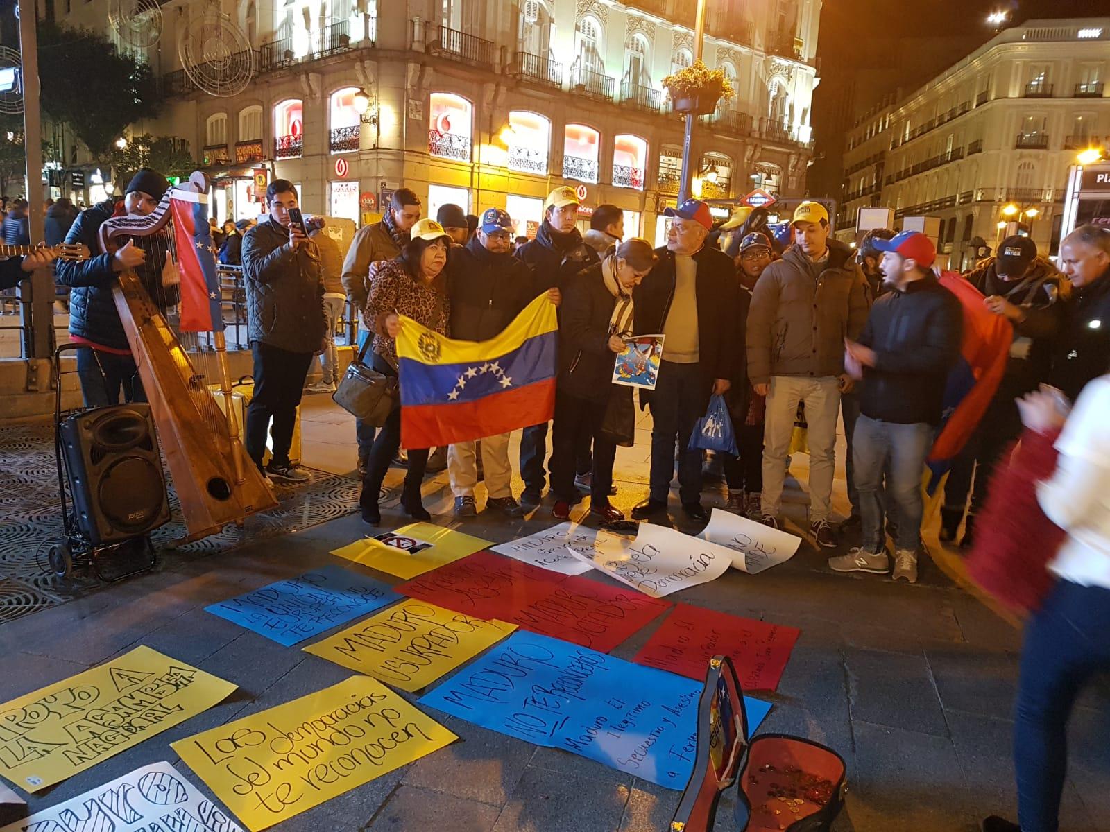 """Venezolanos protestan en el centro de Madrid contra el """"usurpador"""" de Maduro"""
