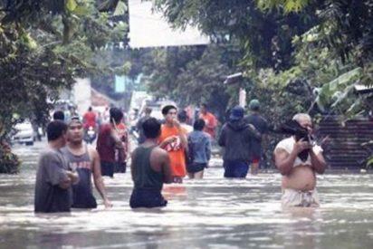 Terribles inundaciones y deslizamientos de tierra en Indonesia dejan 68 muertos