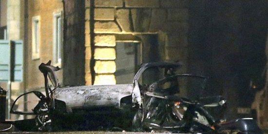 El momento exacto de la explosión de un coche bomba en Irlanda del Norte