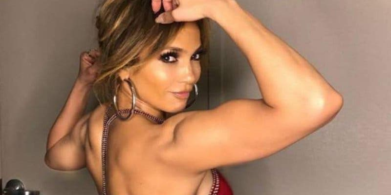 Jennifer López en mini bikini y con el culito en pompa para broncearse