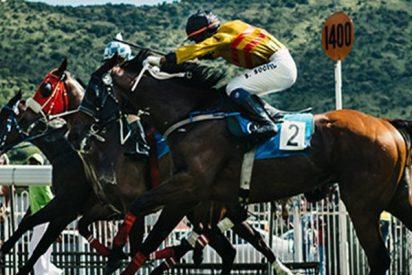 Este jinete es lanzado hacia adelante por su caballo pero se rehace y gana la carrera