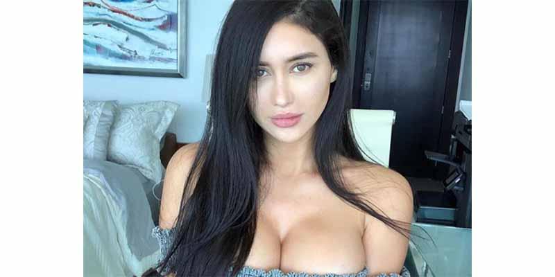 La Kardashian mexicana presume su orgullo patrio con un diminuto bikini