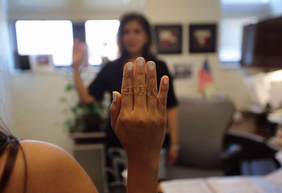 Inmigrante comete una falta grave que la llevaría a la cárcel en EEUU, pero el juez la perdona