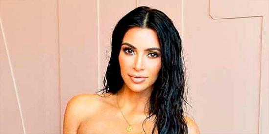 """Kim Kardashian y el descuido al llevar un mini vestido: """"¿Eso es lo que parece?"""" (sí lo es)"""